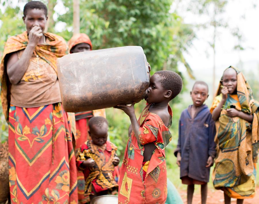 Farmerin mit Kindern in Burundi