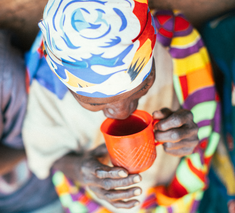 Burundi - Long Miles Coffee Frau beim Kaffee trinken